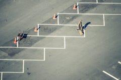 Люди очищают вымощенную дорогу парковки стоковая фотография
