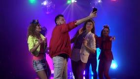 Люди партии принимая онлайн течь на ночной клуб с музыкой в предпосылке дыма движение медленное видеоматериал