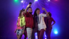 Люди партии принимая selfie на ночной клуб с музыкой в предпосылке дыма движение медленное сток-видео