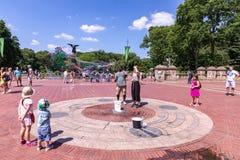 Люди перед фонтаном Bethesda в центральном парке создать исполинские пузыри мыла на солнечный день стоковая фотография rf