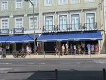 Люди перед хлебопекарней Pasteis de Belem в Лиссабоне стоковая фотография rf