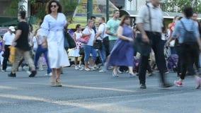 Люди пересекают улицу акции видеоматериалы
