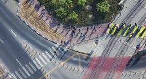 Люди пересекая дорогу на зебре стоковое фото rf