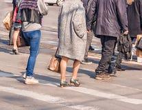 Люди пересекая пешеходный переход Стоковая Фотография