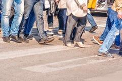 Люди пересекая пешеходный переход Стоковое Фото