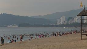 люди плавают ожог на пляже города в Вьетнаме на зоре сток-видео