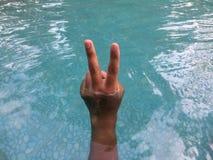 Люди показывают 2 пальца для того чтобы символизировать бойцов стоковые фотографии rf