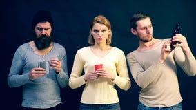 Люди показывают различные эмоции Эмоциональная встреча старых другов взволнованности пантомима потеха имея совместно сильно видеоматериал