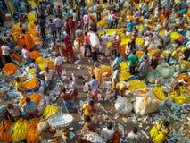 Люди покупая и продавая цветки и гирлянды на рынке цветка около mullick стоковое фото