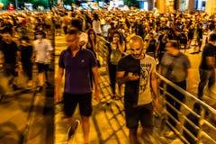 Люди получая далеко от слезоточивого газа на диаспоре протестуют стоковое изображение rf