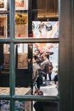 Люди получая стрижки внутри парикмахеров Hobbs, парикмахерской расположенной внутри рынок города, Лондон, Великобритания Стоковые Изображения