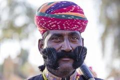 Люди портрета нося традиционное платье Rajasthani участвуют в г-не Дезертируйте состязание как часть фестиваля пустыни в Jaisalme Стоковое Изображение
