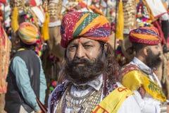 Люди портрета нося традиционное платье Rajasthani участвуют в г-не Дезертируйте состязание как часть фестиваля пустыни в Jaisalme Стоковая Фотография RF