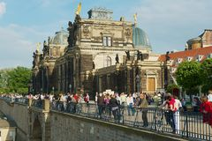 Люди посещают историческую часть города в Дрездене, Германии Стоковое Фото