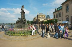 Люди посещают историческую часть города в Дрездене, Германии Стоковое Изображение RF