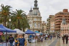 Люди посещая и ходя по магазинам на рынке в Cartagena в Испании Стоковое Изображение