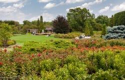 Люди посещая розарий с фонтаном лепестка розы на саде Чикаго ботаническом, Glencoe, Иллинойсе, США стоковое фото