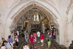 Люди посещая церковь Kostnice косточки Стоковая Фотография RF