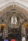 Люди посещая церковь Kostnice косточки Стоковые Изображения