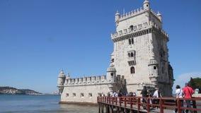 Люди посещая Belem возвышаются, Лиссабон, Португалия сток-видео
