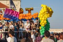 Люди празднуя в гей-параде LGBT в Лиссабоне стоковое фото rf