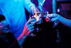 Люди празднуя в партии стоковая фотография