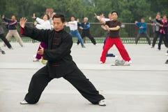 Люди практикуют гимнастику хиа tai chuan в Пекине, Китае стоковое фото rf