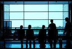 люди предпосылки silhouette окно whit Стоковое Изображение