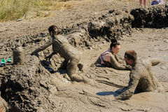 Люди принимают процедуры с излечивать грязью Россия Стоковые Фотографии RF