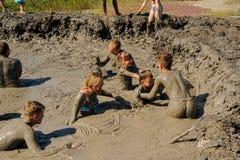 Люди принимают процедуры с излечивать грязью Россия Стоковые Изображения RF