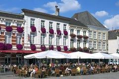 Люди принимают террасу на сигнал Grote Markt Бергена op стоковое изображение rf