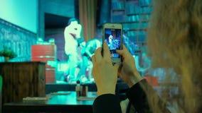 Люди принимая фото или записывая видео с их умными телефонами на концерте музыки сток-видео