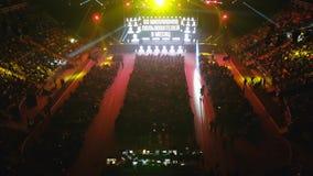 Люди присутствуют на бизнес-конференции в большой зале конгресса видеоматериал