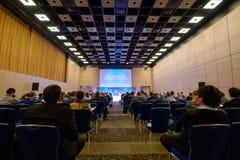 Люди присутствуют на бизнес-конференции в зале конгресса Стоковые Изображения