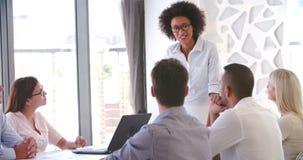 Люди присутствуя на деловой встрече в современном открытом офисе плана