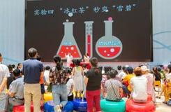 Люди присутствуя на эксперименте по науки показывают в центре науки Гуандуна стоковое фото rf