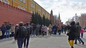 Люди приходят к вечному пламени в Москве удостоить памяти стоковые изображения rf