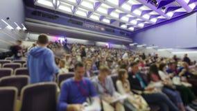 Люди промежутка времени приходя в аудиторию к форуму акции видеоматериалы