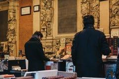 Люди просматривают рынок книги книг из вторых рук в дворе обмена старого запаса фондовой биржи Vieille в Лилле, Франции стоковая фотография rf