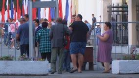Люди проходят через металлоискатель на празднике города в квадрате акции видеоматериалы