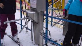 Люди проходят через турникет с характеристикой чтения штрихкода для того чтобы поднять вверх на лыжный курорт сток-видео