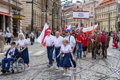 Люди проходя парадом на фестивале Sokol в улицах Праги стоковые изображения