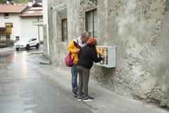 Люди путешественников играя машину Gumball - Capsule игрушка стоковая фотография