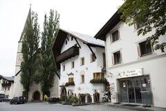 Люди путешественников путешествуют и посещают классические магазин здания и церковь Lourdeskapelle Стоковые Изображения RF