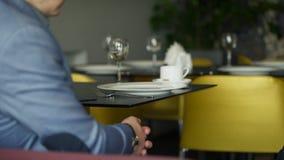 Люди работают в кафе за компьтер-книжкой, делают проект для события большого диапазона акции видеоматериалы
