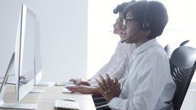 Люди работают в центре контакта Женщина в деятельности шлемофона сток-видео
