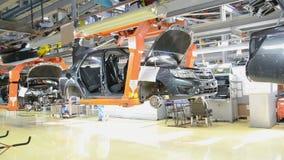 Люди работают на собрании автомобилей Lada на транспортере фабрики AutoVAZ сток-видео