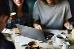 Люди работая в кофейне Стоковое фото RF