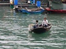 люди работая в море стоковые изображения