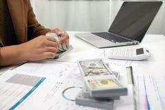 Люди работая в финансах, бухгалтерии, консультациях по бизнесу, уча совете, чековых счетах стоковые изображения